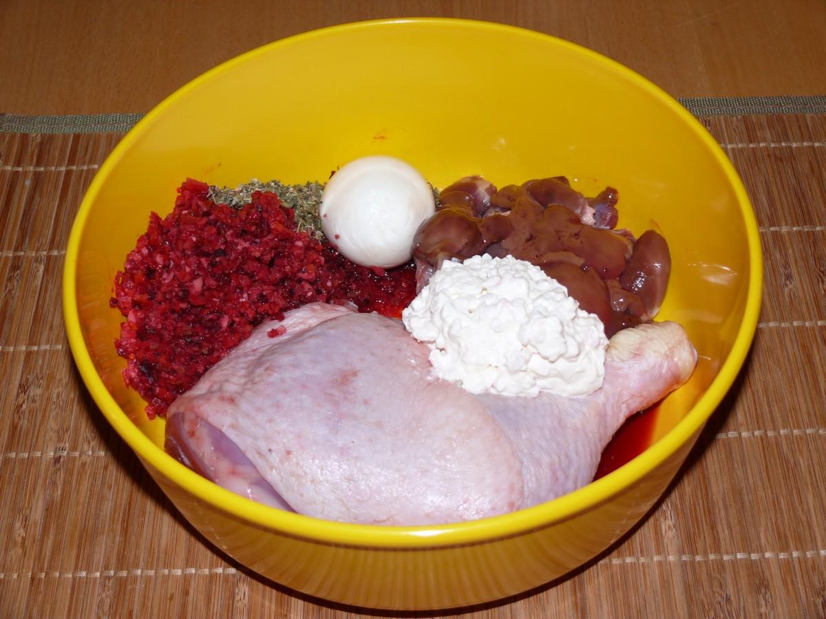 Hühnerkeule, Hühnerinnereien, Gemüse, Kräuter, Frischkäse, Ei, Öl